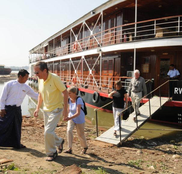 RV Katha Pandaw - Disembarking